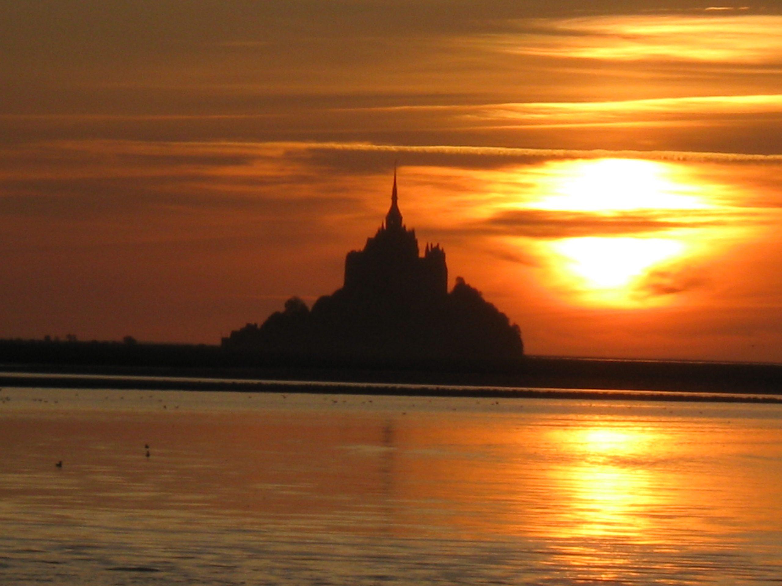 Coucher de soleil derrière de Mt St Michel en Normandie