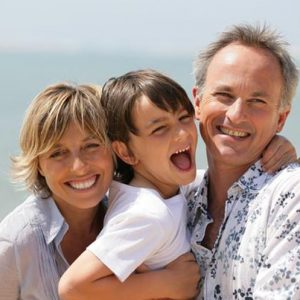Un couple avec un enfant heureux au Mont Saint Michel